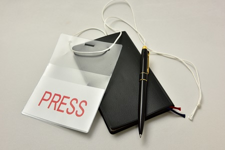 マスコミのプレス証とペンとメモ帳